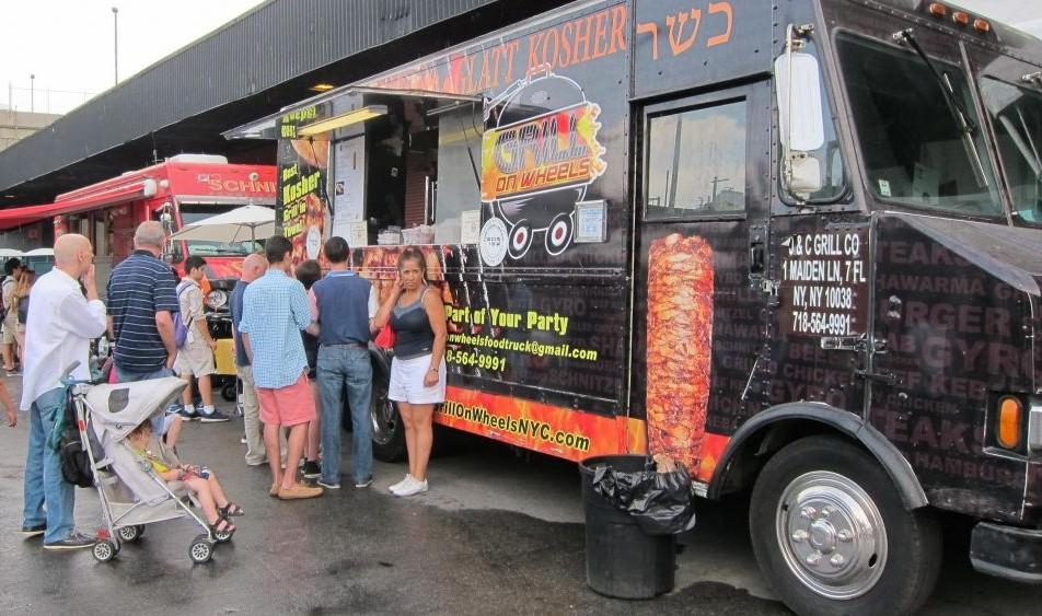 Trente camions et des restaurants casher ont des servis de tout : des falafels et shawarma aux salades et du fromage au Celebrate Israel à New York le 31 mai 2015 (Crédit : Cathryn J. Prince)