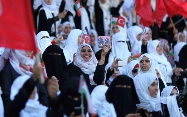 Des Palestiniens prennent part à une cérémonie de mariage en masse à Gaza, le 31 mai 2015. Près de 4 000 couples palestiniens se sont mariés lors d'une cérémonie financé par le gouvernement turc. (Crédit : AAED Tayeh / Flash90)