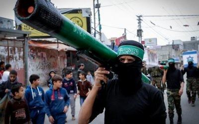 Un membre du Hamas porte une maquette de roquette lors d'un rassemblement dans le camp de réfugiés de Nuseirat, dans la bande de Gaza, le 12 décembre 2014. (Crédit : Abed Rahim Khatib/Flash90)