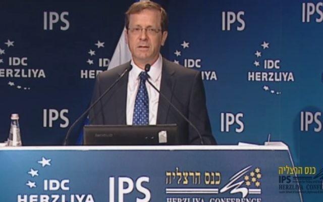 Le dirigeant de l'Union sioniste, Isaac Herzog, à la Conférence de Herzliya, le 7 juin 2015 (Capture d'écran: Youtube HerzliyaConference)