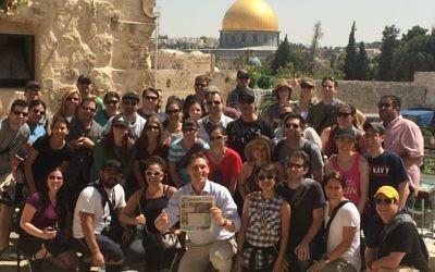 Le groupe Phoenix de Honeymoon Israël rassemblé à Jérusalem, mai 2015. (Courtoisie / Honeymoon Israël / JTA)