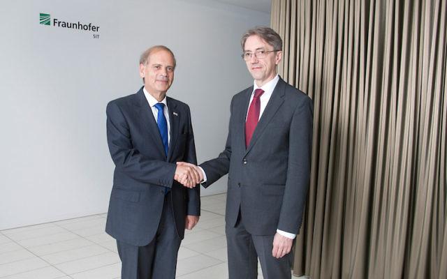 L'ambassadeur d'Israël en Allemagne, Hadas-Handelsman Yakov (à gauche), avec le PDG  du Fraunhofer SIT, Michael Waidner (Crédit : Autorisation)