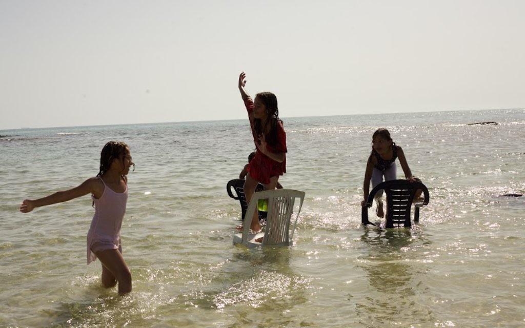 Des enfants jouant sur la plage de Jisr az-Zarqa (Photo: Eliyahu Kamisher)