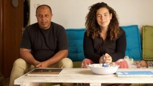 Ahmad Juha (à gauche) et Neta Hanien, co-propriétaires de l'Auberge de Juha, dans la principale salle de l'auberge (Photo: Eliyahu Kamisher)