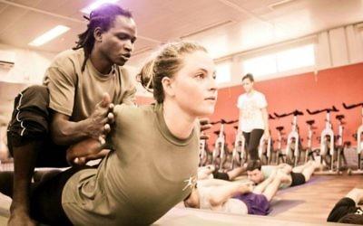 La classe de yoga 'Guns and Poses' de Karen Zivan sur une base de l'armée, à Petach Tikva (Autorisation: Masa L'Koach)