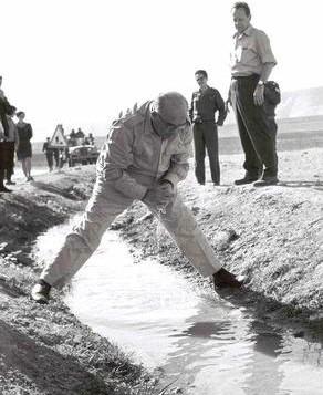 Le Premier ministre Levi Eshkol peu de temps après la guerre dans la vallée du Jourdain (Crédit : Moshe Milner / Bureau de presse du gouvernement)