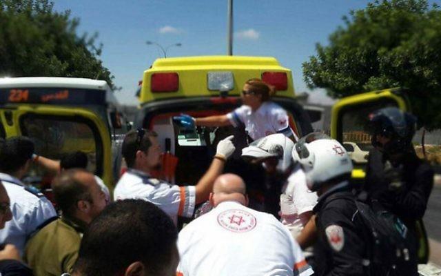 Des secouristes sur les lieux d'une attaque au couteau, à Jérusalem, le 29 juin 2015 (Photo: Magen David Adom)