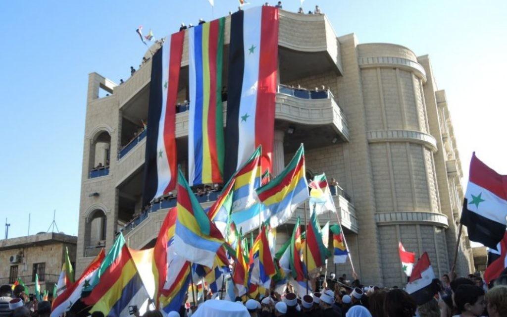 Des drapeaux syriens et druzes à une manifestation pro-Assad dans le village druze de Majdal Shams, dans le Golan, le 15 juin 2015 (Melanie Lidman / Times of Israel)
