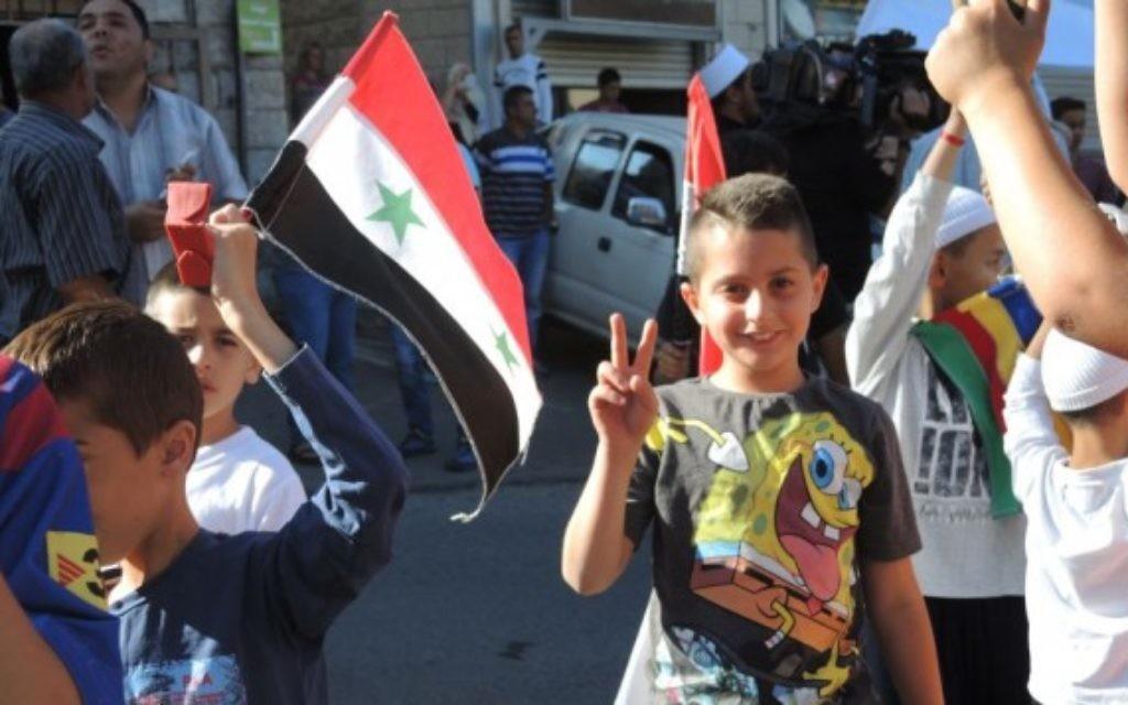 Un enfant druze lors de la manifestation pro-Assad à Majdal Shams lundi 15 juin 2015. Tous les Druzes du plateau du Golan ont de la famille en Syrie (Melanie Lidman / Times of Israel)