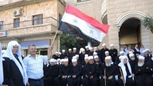 Un groupe de cheikhs druzes lors d'un rassemblement pro-syrien à Majdal Shams dans le Golan lundi 15 juin 2015 (Melanie Lidman / Times of Israel)