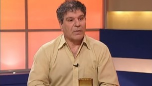 Adnan Tarabash, le directeur d'Al-Midan Theater à Haïfa (Crédit : Capture d'écran YouTube)