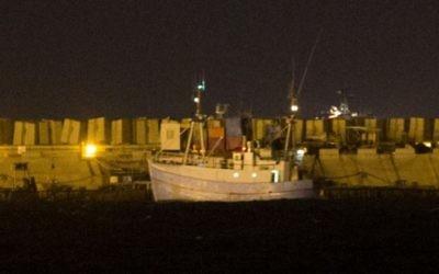 Le Marianne arrivant au port d'Ashdod,  le 29 juin 2015 au soir  (Yonatan Sindel / Flash90)