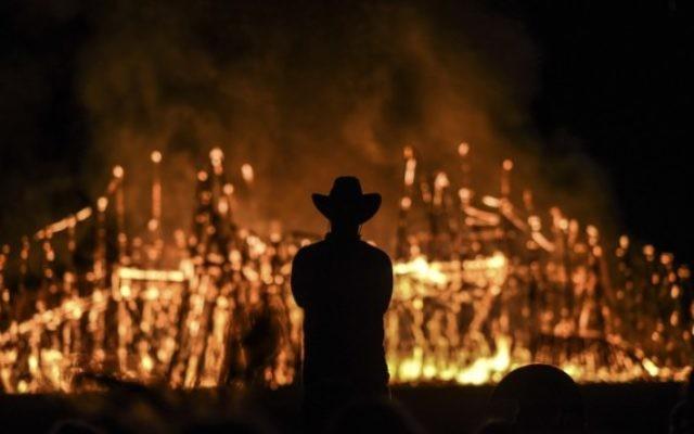 Le Temple de One brûlant la dernière nuit du Midburn, le festival Burning Man israélien , dans le désert près de Sde Boker, le 24 mai 2015. (Crédit photo: Ben Kelmer / Flash90)