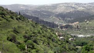 Mizpe Naftoah en arrière-plan (à droite), vu de Liftaat l'entrée ouest de Jérusalem, le 13 avril 2009  (Flickr / Ron Almog, CC BY 2.0)