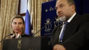 La Chef de la diplomatie de l'Union européenne Federica Mogherini et le ministre israélien des Affaires étrangères de l'époque Avigdor Lieberman lors d'une conférence de presse à Jérusalem le 7 novembre 2014 (Crédit photo: AFP / Thomas Coex)