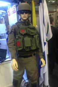 Le prototype d'un nouvel uniforme de Tsahal que la division de la technologie et de la logistique envisage d'introduire (Mitch Ginsburg / Times of Israel)