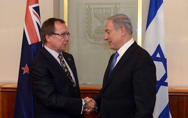 Le Premier ministre Netanyahu rencontre le ministre des Affaires étrangères néo-zéandais Murray McCully  à la résidence du Premier ministre, à Jérusalem, le 3 juin 2015. (Crédit : Flash90)