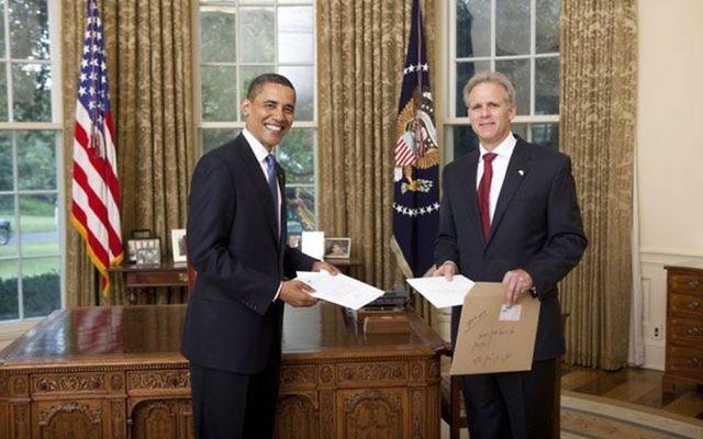 Barack Obama, alors président américain, avec Michael Oren, alors l'ambassadeur d'Israël aux Etats-Unis, à la Maison Blanche, le 20 juillet 2009. (Crédit : Maison Blanche)