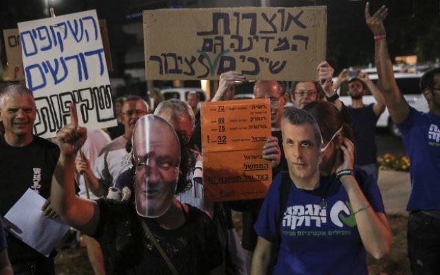 Des milliers d'Israéliens protestent contre le ministre des Finances Moshe Kahlon, et le conglomérat américano-israélien Delek-Noble sur un plan de développement des réserves de gaz naturel, à Tel Aviv, le 30 mai 2015. (Flash90)