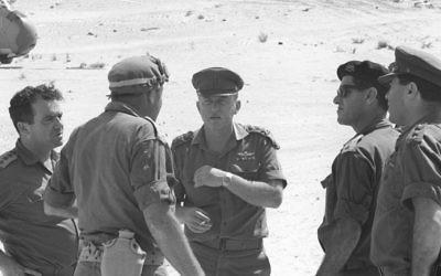 Yitzhak Rabin, au centre avec une casquette, le chef d'état-major de Tsahal, au cours de la guerre des Six Jours, en parlant avec le commandant de la région sud Yeshayahu Gavish (Crédit : Autorisation d'Israel Defense Force Archive)