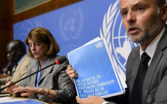Le responsable de l'information pour le Bureau du Haut Commissaire aux droits de l'homme, Rolando Gomez, présente le rapport de la Commission d'enquête sur le conflit de Gaza de 2014 aux côtés de la présidente de la Commission Mary McGowan Davis, au centre, et d'un membre de la Commission Doudou Diene, lors d'une conférence de presse sur leur rapport rendu le 22 juin 2015, à l'Office des Nations Unies de Genève. (Photo: AFP / Fabrice Coffrini)