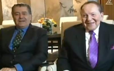 Haim Saban et Sheldon Adelson dans une interview télévisée depuis Las Vegas, le 6 juin 2015. (Capture d'écran de la Deuxième chaîne israélienne)