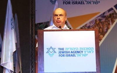 Natan Sharansky, président de l'Agence juive, à la tribune de son conseil d'administration, en juin 2015. (Photo: Facebook/Agence Juive pour Israël)