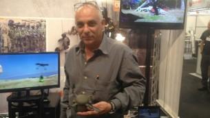 Mirom Kamay de SKK UAV avec dans sa main un  drone qui n'a pas encore de nom (Mitch Ginsburg / Times of Israel)