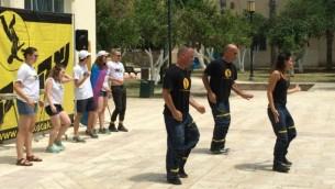 Des participants de Taglit (à gauche) dansent avec les membres de la troupe Sheketak au Centre Suzanne  Dellal à Jaffa, le 9 juin 2015 (Photo: Renee Ghert-Zand / Times of Israel)