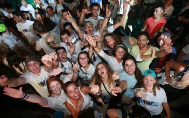 Des participants du programme célèbrent le 15e anniversaire de Taglit, à Tel Aviv, en juin 2015. (Crédit : autorisation)