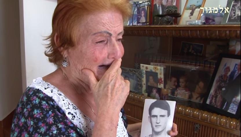 La mère de Moshe Tamam, qui a été assassiné par un groupe d'Arabes israéliens en 1984 (<crédit : Capture d'écran YouTube)