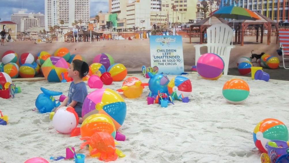 Une partie de Pier 94 a été transformé en une plage de Tel Aviv pour l'après-midi pour marquer le 51ème annuel Celebrate Israel le 31 mai 2015 (Crédit : Cathryn J. Prince)