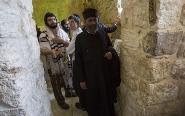Un chrétien éthiopien pose pour une photo aux côtés de fidèles juifs orthodoxes, au Tombeau du roi David, près de la Porte de Sion, dans la Vieille Ville de Jérusalem, le 31 mai 2015. (Crédit photo: Yonatan Sindel / Flash90)