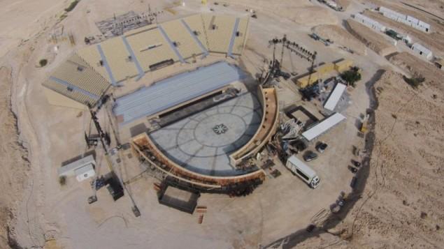 Une vue d'ensemble de la scène Masada en construction. Il faut six mois et 2 500 personnes pour construire et exploiter l'Opéra Village avant qu'il ne soit démantelé complètement (Crédit : d'Israël Opera)