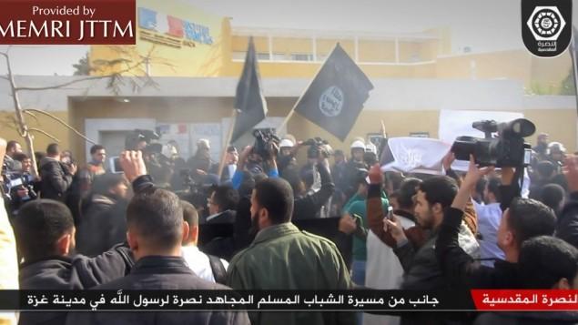 Les manifestants salafistes à Gaza agitant des drapeaux de l'EI lors d'une manifestation le 19 janvier 2015. (Crédit : MEMRI)