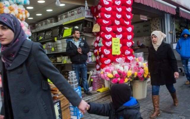 Un magasin vendant des cadeaux pour la Saint-Valentin, dans le centre de la ville de Ramallah, en Cisjordanie, le 14 février 2015. (Miriam Alster / Flash90)