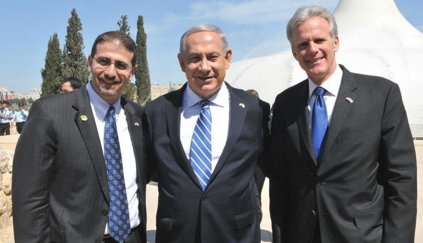 Michael Oren avec le Premier ministre Benjamin Netanyahu et l'ambassadeur américain Dan Shapiro à Jérusalem lors de la visite du président Barack Obama en Israël en mars 2013 (Crédit : Facebook)
