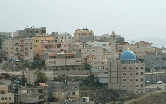 Une ville arabo-israélienne en Basse Galilée (Crédit : Wikimedia Commons / Amit A. - Public Domain)