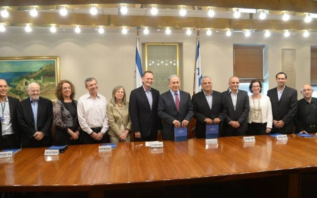 Le chef de la commission, le général (à la retraite) Yohanan Locker au centre, dans un blazer bleu sans cravate, aux côtés du Premier ministre Benjamin Netanyahu (Crédit : Amos Ben Gershon / GPO)