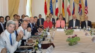 Le secrétaire d'Etat américain John Kerry, les ministres des Affaires étrangères britannique Philip Hammond, russe Sergueï Lavrov, allemand Frank-Walter Steinmeier, français Laurent Fabius, chinois Wang Yi, la secrétaire générale de l'UE pour le Service d'action extérieure, Helga Schmid, la haute représentante de l'UE pour les Affaires étrangères et la Sécurité, Federica Mogherini, le ministre iranien des Affaires étrangères Mohammad Javad Zarif et l'ambassadeur d'Iran à l'AIEA, Ali Akbar Salehi, pendant les négociations sur le programme nucléaire iranien, à Vienne, en Autriche, le 6 juillet 2015. (Crédit : Joe Klamar / AFP)