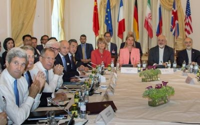 Le secrétaire d'Etat américain John Kerry, les ministres des Affaires étrangères britannique  Philip Hammond, russe Sergueï Lavrov, allemand Frank-Walter Steinmeier, français Laurent Fabius, chinois Wang Yi, la secrétaire générale de l'UE pour le Service d'action extérieure, Helga Schmid, la haute représentante de l'UE pour les Affaires étrangères et la Sécurité, Federica Mogherini, le ministre iranien des Affaires étrangères Mohammad Javad Zarif et l'ambassadeur d'Iran à l'AIEA, Ali Akbar Salehi, pendant les négociations sur le programme nucléaire iranien, à Vienne, en Autriche, le 6 juillet 2015. (Crédit : Joe Klamar/AFP)