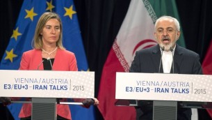 (De gauche à droite) La haute représentante de l'Union européenne pour les affaires étrangères et la politique de sécurité, Federica Mogherini, et le ministre iranien des Affaires étrangères, Mohammad Javad Zarif assistant à une conférence de presse à Vienne, Autriche, le 14 juillet 2015 (Crédit : Joe Klamar / AFP)