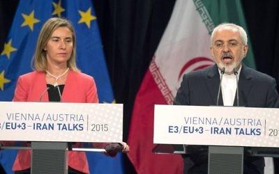 Federica Mogherini, en charge de la diplomatie de l'UE, et le ministre iranien des Affaires étrangères, Mohammad Javad Zarif, pendant une conférence de presse à Vienne,en  Autriche, le 14 juillet 2015. (Crédit : Joe Klamar/AFP)