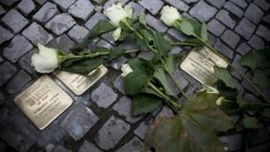 """Photo prise le 9 ovembre 2013 d'un """"Stolperstein» sur une promenade à l'occasion du 75e anniversaire de la Nuit de Cristal qui a eu lieu la nuit du 9  et 10 novembre 1938 à Berlin (Crédit : AFP PHOTO / JOHANNES EISELE)"""