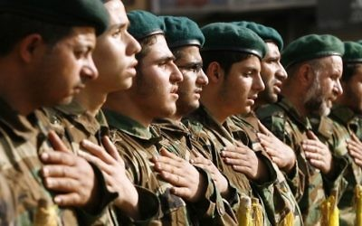 Des membres du Hezbollah pendant une cérémonie de recueillement  en mai dernier. (Crédit : AFP PHOTO / MAHMOUD ZAYYAT)