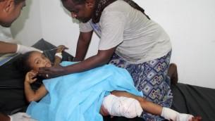 Une petite yéménite grièvement blessée hospitalisée d'hôpital après une attaque à la roquette menée par les rebelles houthis chiites à Aden, le 1er juillet 2015. Illustration. (Crédit : Saleh Al-Obeidi/AFP)