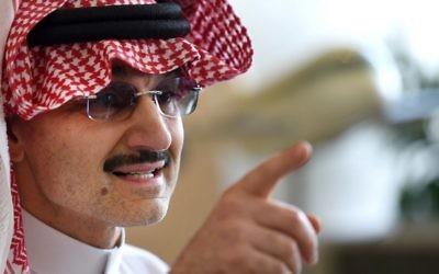 Le milliardaire saoudien le Prince Alwaleed bin Talal parle à des journalistes lors d'une conférence de presse dans la capitale saoudienne, Riyad, le 1er juillet 2015. Alwaleed a promis de donner son entière fortune à des projets de bienfaisance au cours des années à venir. (Crédit : AFP PHOTO / FAYEZ) NURELDINE