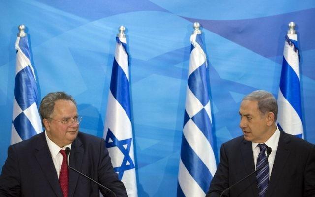 Le Premier ministre israélien, Benjamin Netanyahu, (à droite) prend la parole lors d'une réunion conjointe avec le ministre grec des Affaires étrangères, Nikos Kotzias (à gauche), au bureau du Premier ministre, à Jérusalem, le 6 juillet 2015. (Crédit : AFP PHOTO / POOL / ABIR SULTAN)