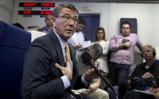 Le secrétaire américain à la Défense Ashton Carter s'adressant aux médias dans un avion militaire, le 19 juillet 2015, en route vers Tel Aviv, (Crédit : AFP PHOTO / POOL / CAROLYN Kaster)