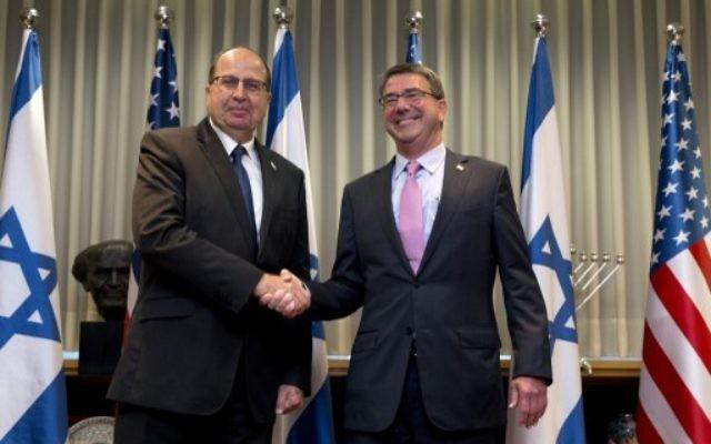 Le secrétaire américain à la Défense Ashton Carter (à droite) est accueilli par le ministre israélien de la Défense Moshe Yaalon avant leur réunion à Tel-Aviv, le 20 juillet 2015 (Crédit photo: POOL / Carolyn  Kaster/ Pool/ AFP)
